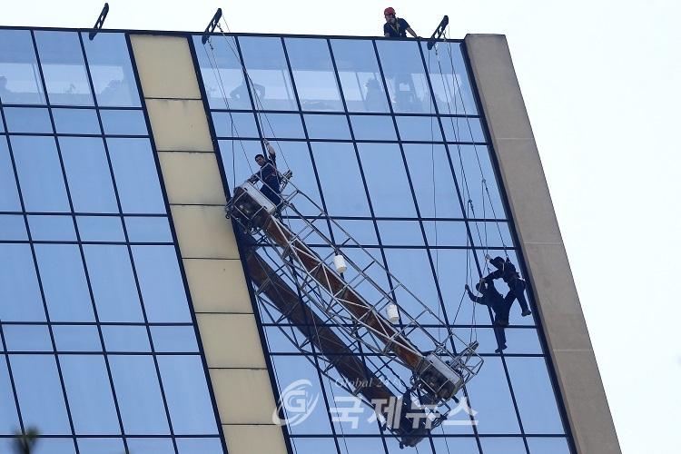 해외 극한 직업 빌딩 창문닦기 국제뉴스