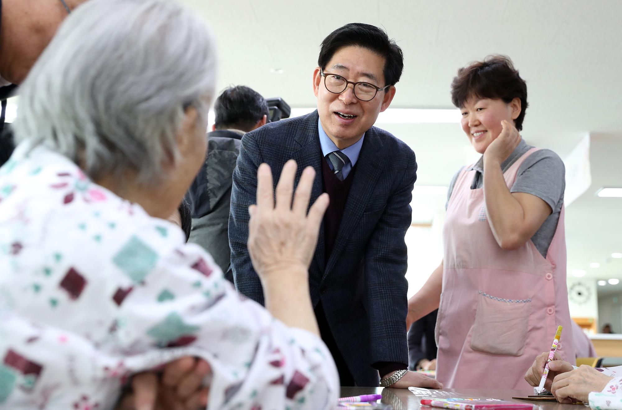 양승조 충남지사, 설 연휴 노인요양시설 방문