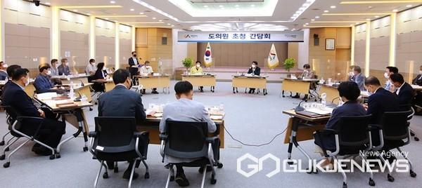 16일 서산시청 대회의실에서 열린 도의원 초청 간담회 모습. (사진 = 서산시 제공)