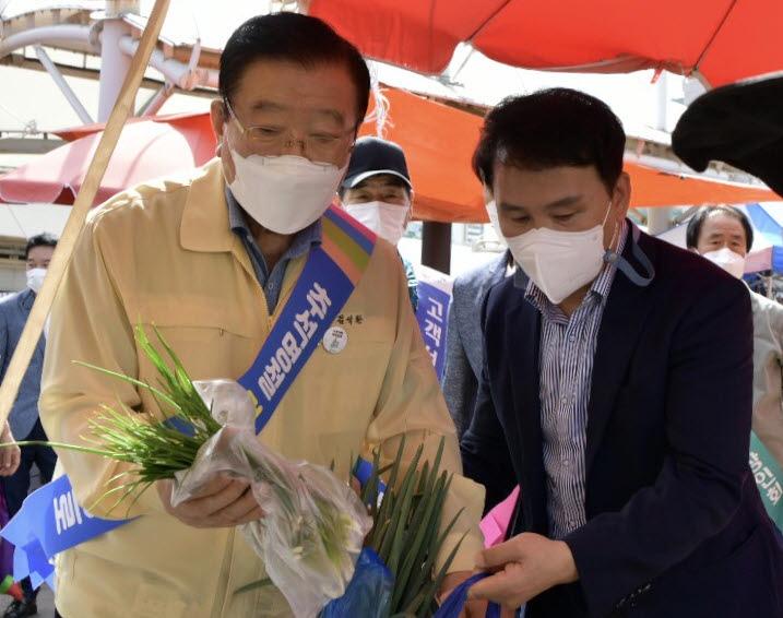 홍성전통시장에서 김석환군수가 장보기를 하고 있다.