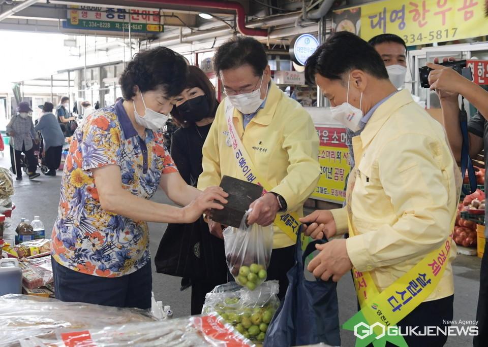 전통시장 장보기에 나선 최기문 영천시장