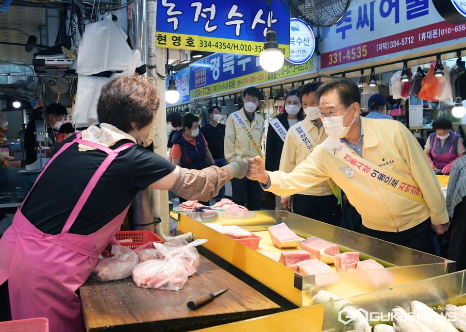 전통시장 상인들과 주먹인사 나누는 최기문 영천시장