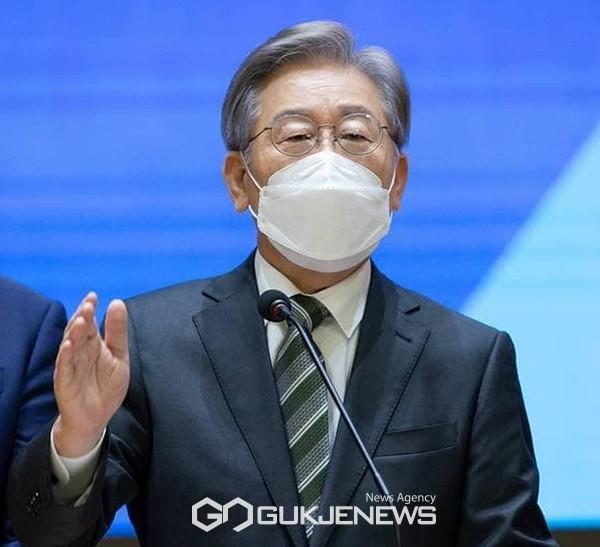이재명 더불어민주당 대선 예비후보가 17일 광주-전남-전북 특별기자회견을 하고 있다.