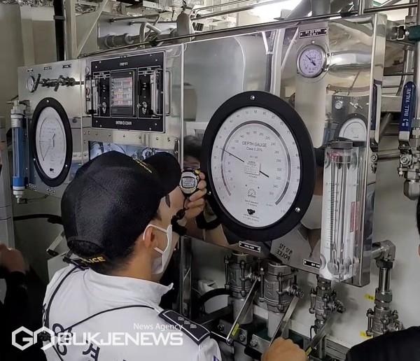 중앙해양특수구조단 잠수지원함 내 감압 챔버 운용 모습