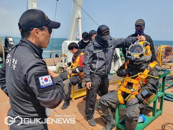 표면공급식(SSDS) 잠수감독관 임무수행 모습/제공=해경 중앙해양특수구조단