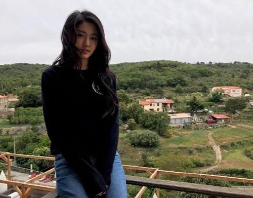 '봄 기운 물씬' 설현, 휴가 중에도 청순 미모