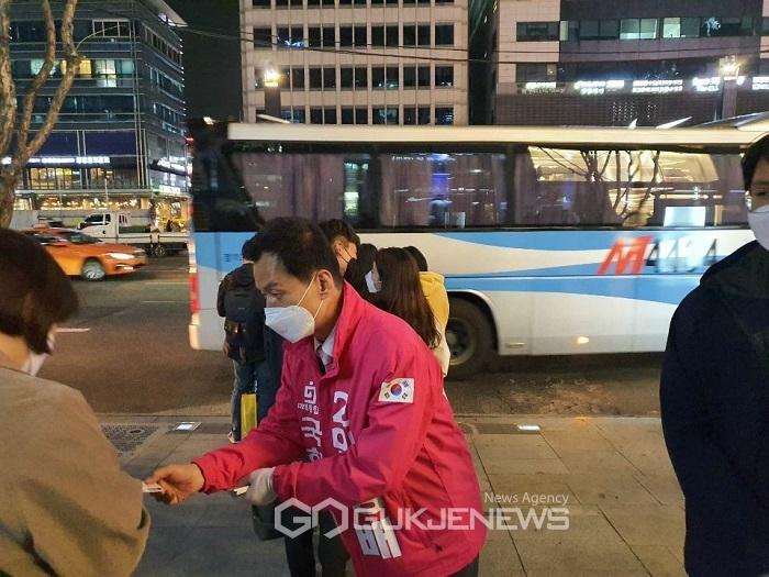 (포토) 임명배 후보, 동탄 행 광역M버스 시민들에 인사