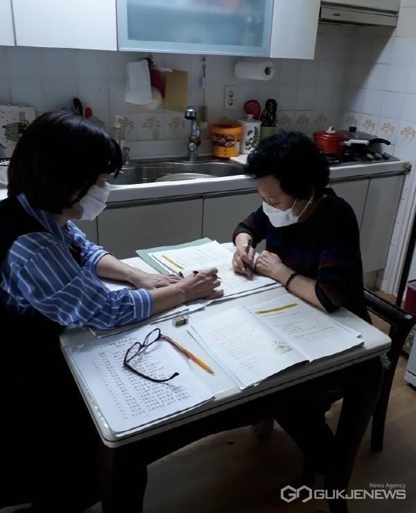 수성이도학당 강사가 어르신 집을 방문해 한글수업(사진제공=수성구청)