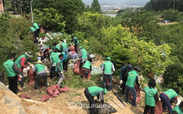 청도군 화양읍 새마을3단체 회원들이 주거환경이 취약한 가정을 방문해 쾌적하게 생활할 수 있도록 대청소를 실시했다(사진=청도군)1