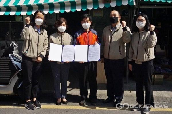 (왼쪽 두 번째) 이정남 경영혁신실장, (가운데) 서병근 상인회장