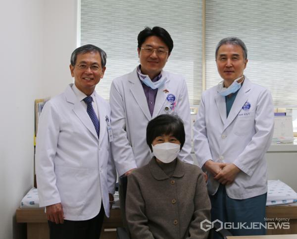 사진 = 분당 차병원에서 신장암 수술을 받고 건강을 회복한 환자 김씨와 (사진 왼쪽부터) 흉부외과 장병철 교수, 외과 최성훈 교수, 비뇨의학과 박동수 교수가 기념촬영을 하고 있다.