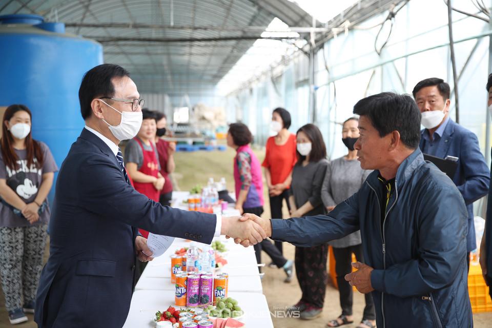 박상돈 천안시장이 27일 동면의 청년창업농업인이 운영하는 오이농장을 방문해 농민들의 생생한 목소리를 청취하고 있다.