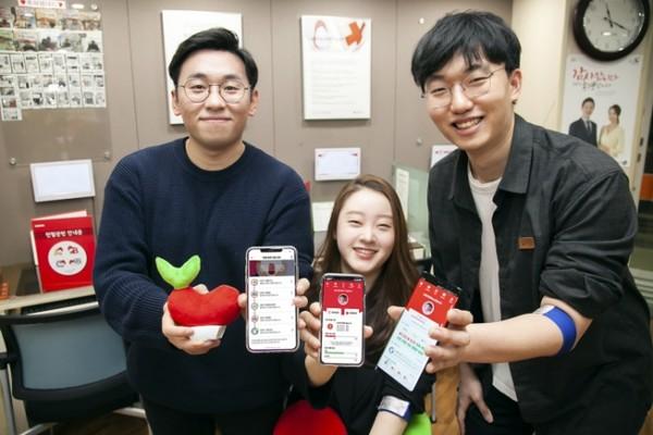 SK텔레콤 매니저들이 SK텔레콤과 대한적십자사와 함께 만든 헌혈앱 '레드커넥트'를 소개하고 있다.