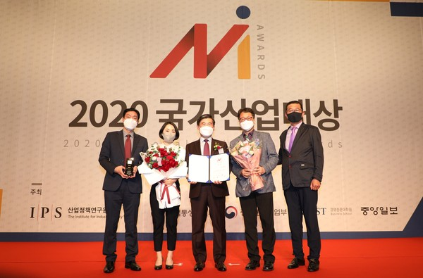 한전KDN은 28일 서울 스위스그랜드호텔에서 개최된 2020 국가산업대상 시상식에서 중소기업 동반성장에 기여한 공로를 인정받아 동반성장 부문 대상을 수상했다. ⓒ 한전KDN