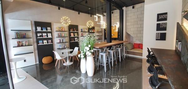 카페형 일반음식점에서 북카페형 도서관으로 탈바꿈해 28일 개관한 '빛글, 공감 마을도서관' 내부 모습