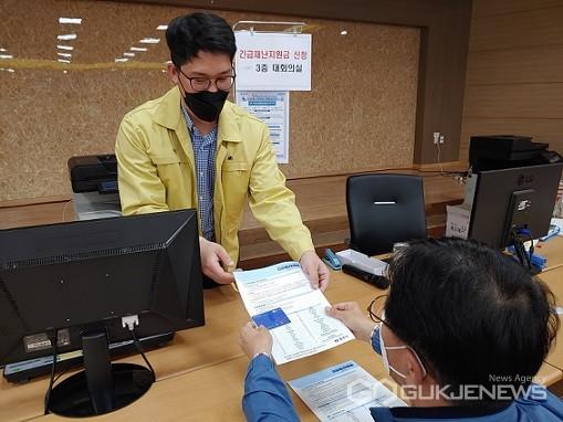 긴급재난지원금 간소화프로그램 개발한 김재동 주무관(사진=충주시)