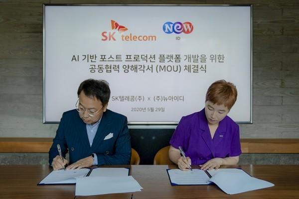 SK텔레콤 김혁 5GX미디어사업그룹장(왼쪽)과 NEW ID 박준경 사업부문대표가 협약서에 서명하고 있다.