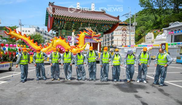 포항시 북구청 방역단 어벤져스팀이 봉축 법요식을 개최하는 지역 황해사 사찰에서 집중방역을 하고 있다.(사진 김진호)
