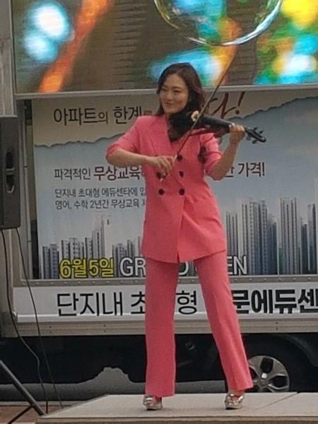 윤도현밴드의세션으로활동하는제니의전자바이올린연주장면.(사진=오웅근기자)