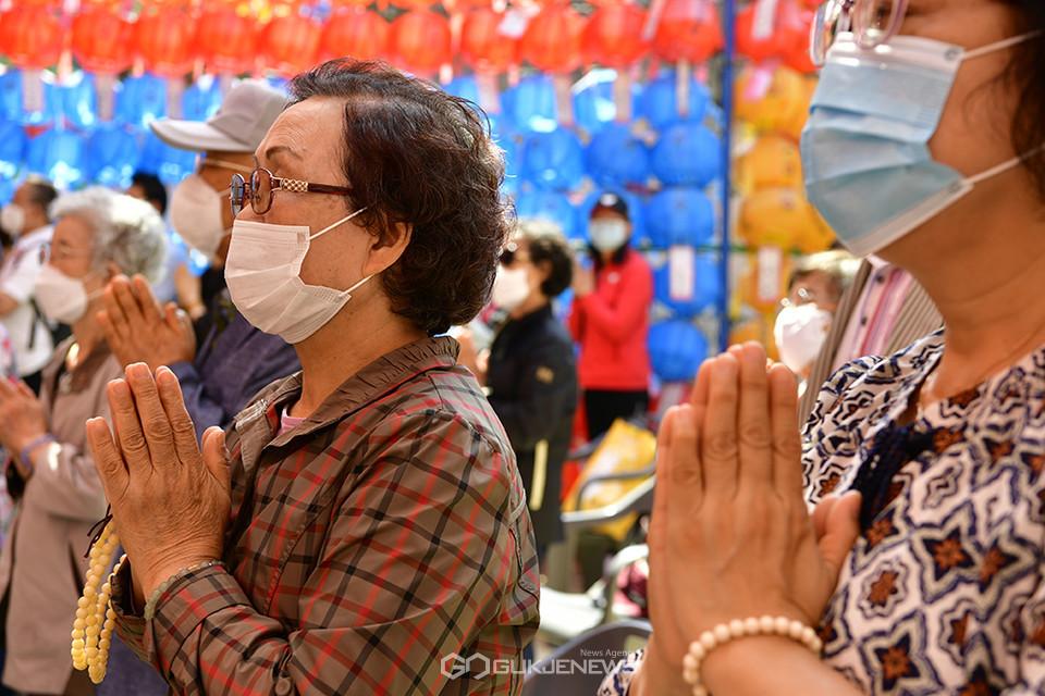 [부처님오신날 봉축 법요식] 마스크 착용한 불자