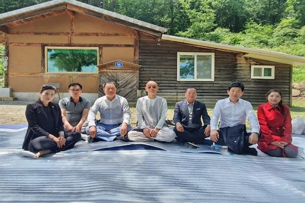 명진스님과 (사)평화의 길 경남지부 임원진들.