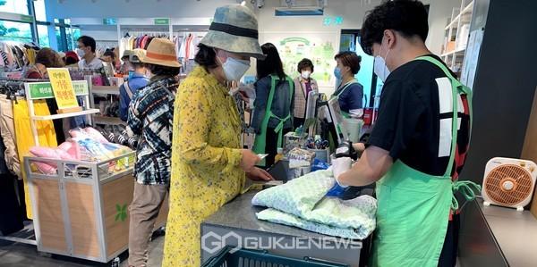 (제공=경북문화관광공사) 기증물품을 판매하고 있는 공사 임직원들