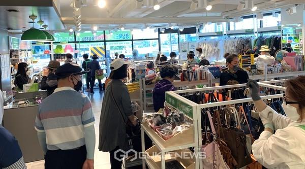 (제공=경북문화관광공사) 아름다운 가게 기증물품을 고르고 있는 시민들