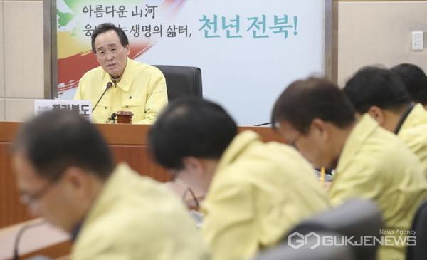 송하진 전북도지사가 코로나19 대응에 연일 '발빠른 행보'를 이어가고 있다.