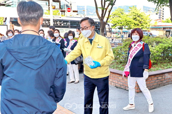 지난 27일(수) 금천구청역 앞에서 유성훈 구청장과 금천여성단체협의회 회원들이 주민들에게 마스크를 나눠주며 '코로나19 극복 캠페인'을 펼치고 있다