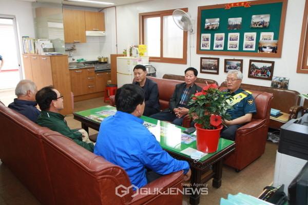최미섭 청도경찰서장이 지역 경제활성화 방안을 논의하기 위해 청도시장 상인회 임원들과 간담회를 열고 있다(사진=청도경찰서)