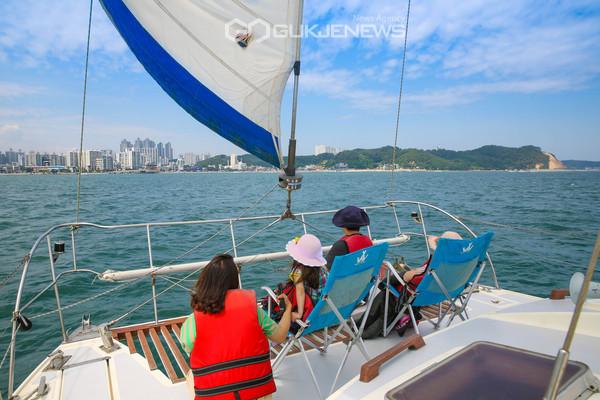 포항을 방문한 한 가족이 요트를 타고 영일만 해안과 바다의 아름다운 모습을 즐기고 있다.(사진 김진호)