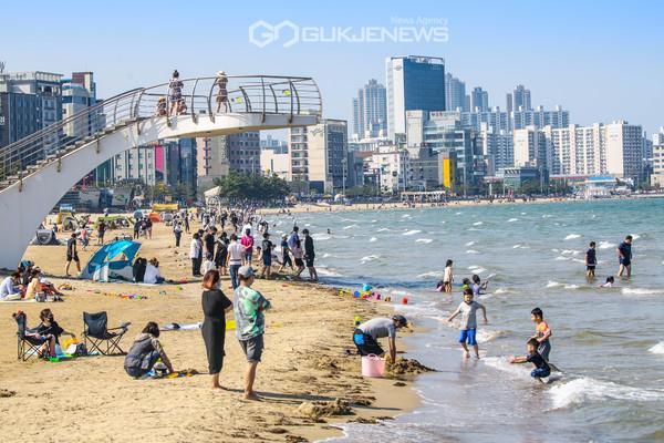 포항 영일대해수욕장을 찾은 많은 피서객 (사진 김진호)