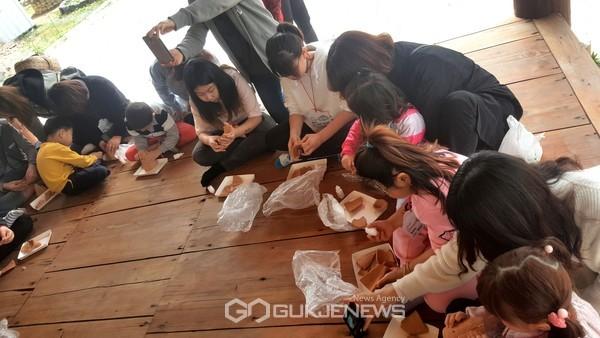 (제공=경북문화관광공사) 지난해 토기만들기 체험을 하고 있는 체험가족여행 참가자들