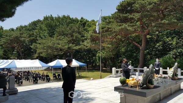(제공=경주시) 이영석 경주시부시장이 호국보훈의 달을 맞아 위패 봉안식을 거행하고 있다