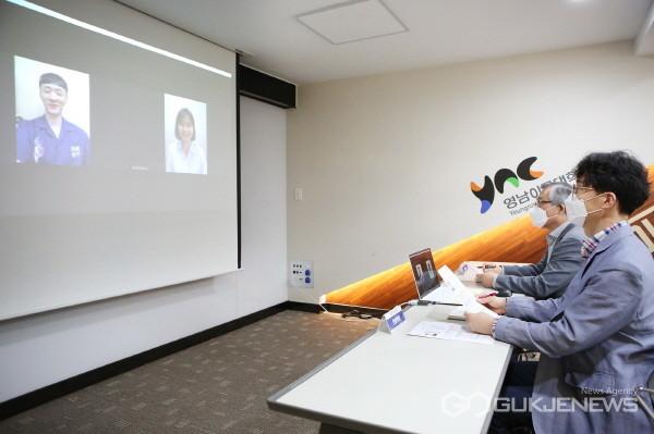 재학생들이 산학협력교육중점 교수와 온라인 진로취업 상담을 하고 있다(사진제공=영남이공대학교)
