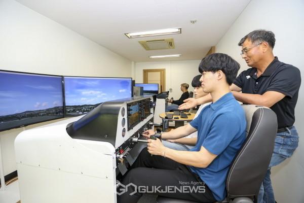 영남대학교 항공운항계열 공군조종장학생들이 모의비행실습을 하고 있다(사진=영남대학교)