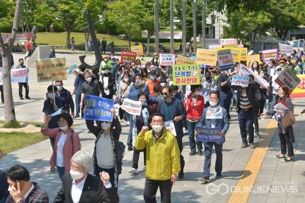 집회를 마친 참가자들이 부산시청을 돌며 D-3구역 생활숙박시설 건축 허가를 반대하는 대규모 항의 집회를 열고 있다/제공=동구청