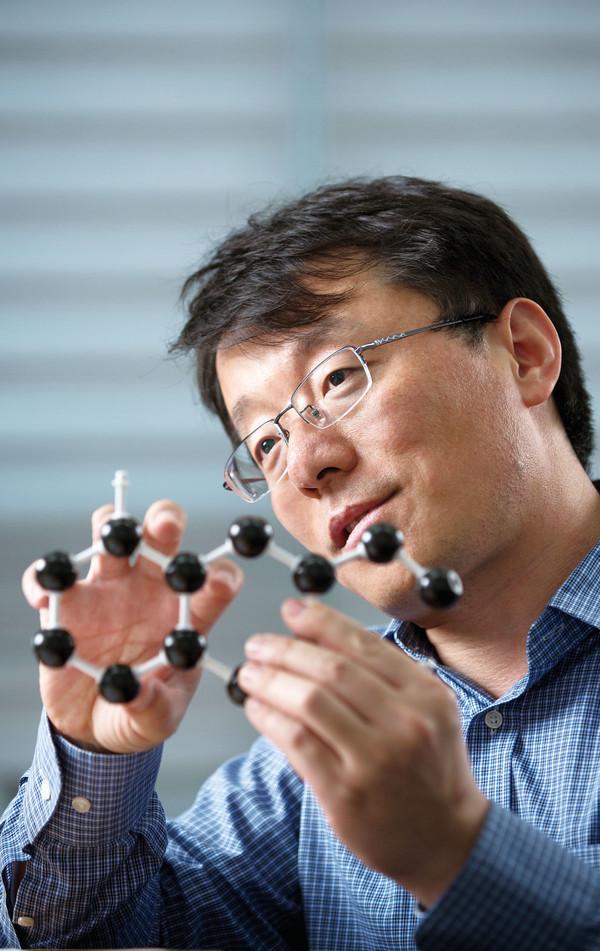 ▲펑딩IBS다차원탄소재료연구단그룹리더(UNIST특훈교수)