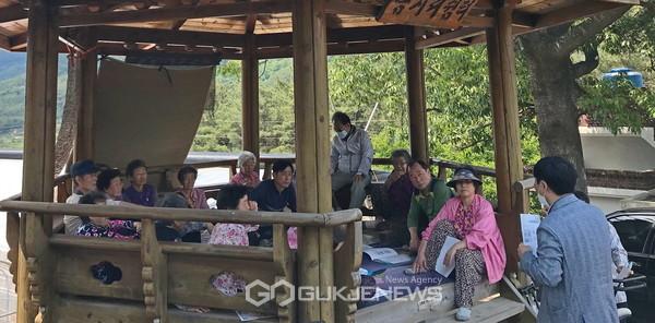 한국LPG배관망사업단 관계자가 청도읍 음지리 마을회관 앞 쉼터에서 농어촌마을단위 LPG소형저장탱크 보급사업에 대해 주민들에게 설명하고 있다(사진=청도군)