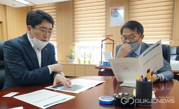 지난달 29일, 맹정호(사진 왼쪽) 충남 서산시장이 행정안전부 윤종인 차관을 만나 재정지원을 건의하고 있다.