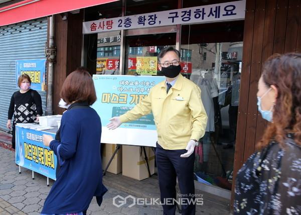 6월 1일(월) 오전 유성훈 금천구청장(사진 가운데)이 금천구 정훈단지 버스정류장 앞에서 '대중교통 이용시 마스크 착용'을 독려하는 캠페인을 벌이고 있다
