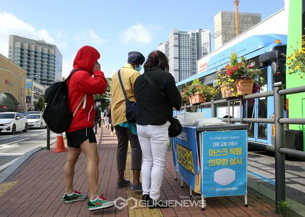 6월 1일(월) 금천우체국 사거리 버스승강장에 설치된 '무인 마스크 배부대'에서 출퇴근하는 직장인들이 마스크를 가져가고 있다