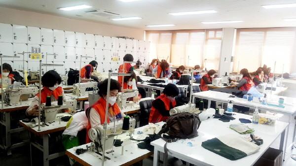 <사진설명=수제마스크를제작하고있는평생학습센터수강생>