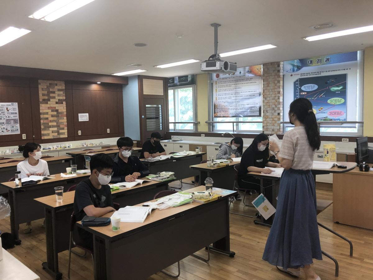 대전동부교육지원청산하 동부글로벌영재교육원은 코로나-19대응으로 연기되었던2020학년도 영재교육원 수업을 지난 5월30일(토)방역체계를 갖추어 진행했다고 밝혔다.