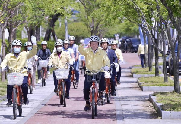 이용섭 광주광역시장이 1일 오후 '자전거 타기 안전도시 조성'을 위한 방안 모색을 위해 시청에서 상무역까지 1.5km 구간을 직접 자전거를 타고 이동하고 있다. ⓒ 광주광역시