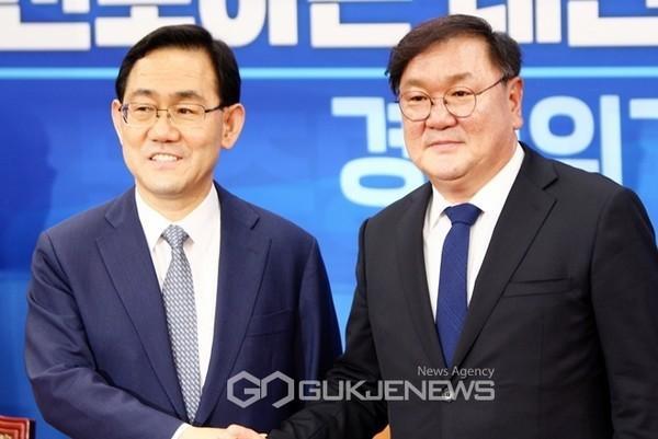 더불어민주당 김태년 원내대표와 미래통합당 주호영 원내대표.