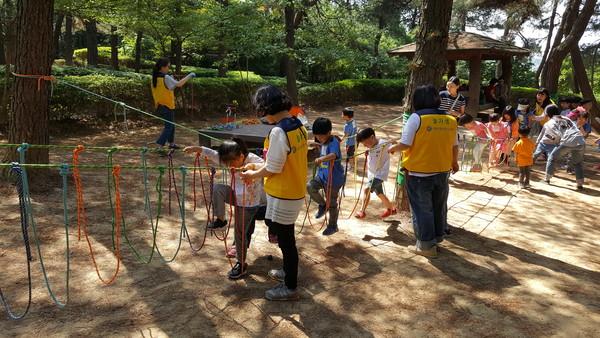 사진설명: 지난해 놀이·수업지원봉사자의 밧줄놀이 운영 모습
