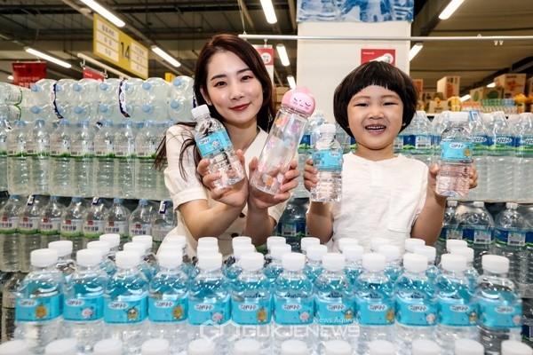 모델들이 서울 등촌동 홈플러스 강서점에서 제주삼다수와 카카오IX가 함께한 '제주삼다수x카카오프렌즈 제주 에디션'을 선보이고 있다.