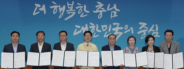양승조지사(우5)와노사민정협의회관계자들이재난극복을함께하기로했다.