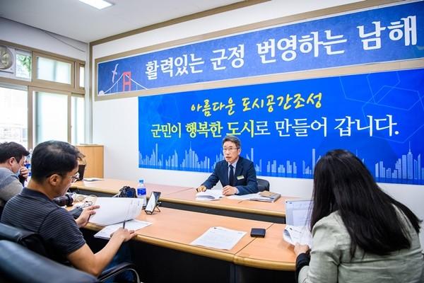 (사진제공=남해군) 남해군 도시건축과 김승겸 과장이 군청 브리핑룸에서 올해 도시공간 조성 관련 주요 현안사업에 대해 브리핑을 하고 있다.